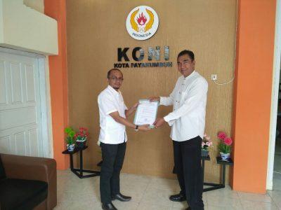 Ketua KONI Payakumbuh Yusra Maiza menyerahkan Surat Keputusan Persatuan Sepatu Roda seluruh Indonesia (Perserosi) Kota Payakumbuh, kepada Ketua Mediar Indra.