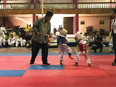 Harapkan Lahir Atlet Taekwondo Internasional, TI Limapuluh Kota Geber Kejuaraan. Bupati H Irfendi Arbi melihat dari dekat atlet cilik berlaga.