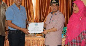 UNP Serahkan Bantuan Mesin Kewirausahaan ke Nagari. Rektor UNP Prof Ganefri serahkan bantuan mesin pembuat kue ke Wakil Bupati Lima Puluh Kota Ferizal Ridwan.
