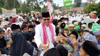 Bupati Limapuluh Kota H Irfendi Arbi dengan remaja di salahsatu nagari, baru-baru ini.