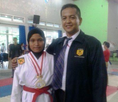Sempai Bripka Ansarullah dan salah seorang karateka andalan Nadia Ananda Putri peraih emas pada Kejuaraan Karate Open Championship Internasional 2017 di GOR UNP Padang 1-3 Desember 2017.