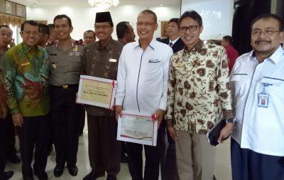 Bupati Limapuluh Kota Irfendi Arbi berfoto bersama Gubernur Sumbar Irwan Prayitno, Wakapolda Sumbar, Rektor UNP, Rektor Unand dan Direktur RSU M Djamil Padang usai menerima DIPA tahun 2018.