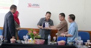 Wawako Suwandel Mukhtar terima cinderamata dari Ketua FKUB kota Pekanbaru Ismardi Ilyas saat berkunjung ke Payakumbuh