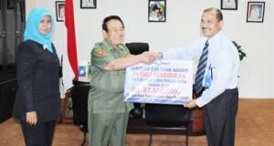Kepala Cabang Bank Nagari Payakumbuh H Edrizanof SE saat menyerahkan bantuan CSR Bank Nagari ke Bupati Alis Marajo