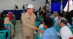 Sekdako Benni Warlis bersalaman dengan CJH usai buka pelaksanaan Manasik Haji bagi Jamaah asal Payakumbuh