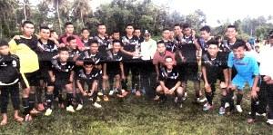 Tim sepakbola SMAN 3 Payakumbuh menerima hadiah dari Wakil Bupati Limapuluh Kota Asyrwan Yunus usai juara pada Open Turnamen Permata Cup.