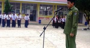 Wabup Drs H Asyirwan Yunus MSi bertindak sebagai Inspektur Upacara di SMPN 2 Harau.(f-ogi)