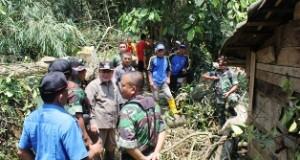 Bupati Alis Marajo dan Wakil Bupati Asyirwan Yunus turun langsung ke lokasi mendata dan membantu korban puting beliung.2