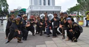 H Muslim Kasim dan tuo silek di Jam Gadang Bukittinggi.