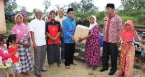 Wabup H Asyirwan Yunus Serahkan bantuan ke korban kebakaran.