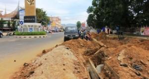 Pelebaran Jalan Sudirman yang dimulai dari tugu Adipura Payakumbuh menyebabkan pipa PDAM harus direlokasi agar tidak menyebabkan kerusakan di kemudian hari