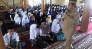 Sekdako H. Benni Warlis memberikan pencerahan kepada peserta pesentren Ramadhan di Masjid Al-Ikhlas, Rabu.