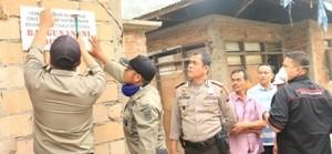 Penyegelan sebuah rumah tanpa IMB di Kelurahan Padang Kerambil, oleh petugas TPB, disaksikan Kapolsek AKP Russyirwan,Kamis.