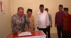Pj Gubernur Sumbar Reydonnyzar Moenek menandatangani prasasti peresmian Masjid Surau Godang Kunci Loyang