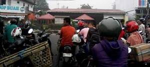 TdS 2015 - Masyarakat yang terjebak pensterilan jalan dari jam 9 pagi sampai siang.