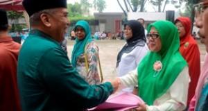 Walikota diwakili Asisten II Setdako Payakumbuh H. Amriul Dt. Karayiang menyerahkan trofi kepada pemenang lomba, saat penutuan LKAK di GOR Kubu Gadang, Jum'at.
