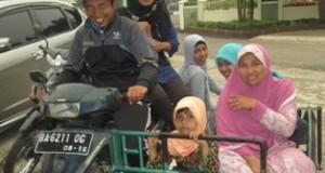 Warga Koto Panjang Padang kecamatan Latina naik becak ke perpustakaan kota Payakumbuh