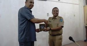 DPRD Limapuluh Kota dipimpin Wakil Ketua Sastri Andiko Datuak Putiah menyerahkan cindera mata ke Walikota Sawahlunto Ali Yusuf.