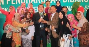 Walikota Riza Falepi dan Kadis Kesehatan Elzadaswarman dengan Piala Kota Sehat foto bersama dengan pimpinan puskesmas se Kota Payakumbuh, usai penyerahan Piala Kota Sehat dari Menkes RI, Nila Moeloek.