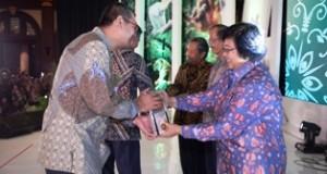 Walikota H. Riza Falepi menerima Piala Adipura 2015 dari Menteri LHK Siti Nurbaya, dalam acara Malam Anugerah Lingkungan Proper dan Adipura di Hotel Bidakara Jakarta, Senin malam.
