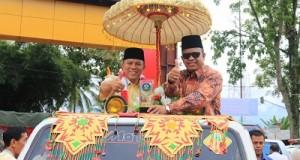 Wawako H. Suwandel Muchtar dan Ketua DPRD YB. Dt. Parmato Alam, membawa Piala Kota Sehat 2015, kirab keliling kota, Sabtu.