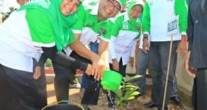 Wako Riza Falepi bersama ketua TP PKK Henny Riza Falepi dan unsur Forkopimda Payakumbuh tanam pohon di SMAN 5.