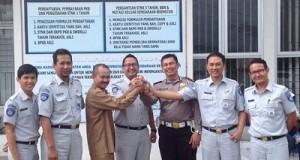 Kepala PT Jasa Raharja (Persero) Sumbar Harwana berserta jajarannya dan kepala TPTD-P3 50 Kota Zulfahmi serta Kait Regident Ipda Syaiful.