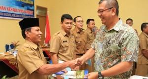 Wako Riza Falepi menyerahkan SK PATEN kepada 5 se Payakumbuh sebagai tanda dimulainya sistem PATEN di Kota Payakumbuh