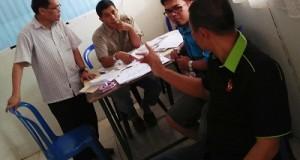 Sekretaris I Pacuan Kuda berbincang serius di saat kunjungan Ketua KONI Payakumbuh Dedrizal