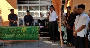 Walikota H. Riza Falepi ketika melepas jenazah Buk Vivi.