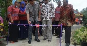 Walikota Riza Falepi didampingi Ketua DPRD YB. Dt. Parmato Alam. menggunting pita, tanda dapat dilewatinya jalan beton di daerah Tambago, Minggu.