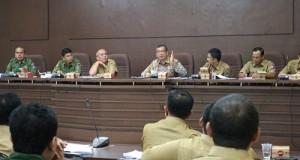 Walikota Riza Falepi saat memberikan arahan, pasca camat menyampaikan paparan hasil Musrenbang, di balaikota, Senin.