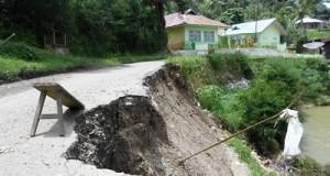 Jalan Suliki menuju Koto Tinggi ambruk