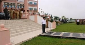 Wakil Bupati Lima Puluh Kota Ferizal Ridwan, S.Sos memberikan arahan dalam apel pagi di halaman kantor bupati setempat.