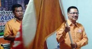 Basri Latief, SH diamanahkan sebagai ketua DPC Partai Hanura Payakumbuh dengan menerima bendera partai