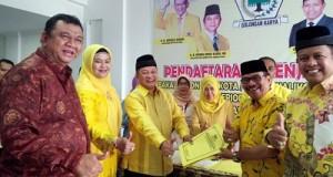 H Almaisyar beserta istri dr H Liza Andriani MKes mendaftar di DPD Partai Golkar Payakumbuh diantar Ketua DPD Golkar Sumbar