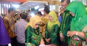 Ibu Mufidah Jusuf Kalla di stand Pameran Pemko Payakumbuh.