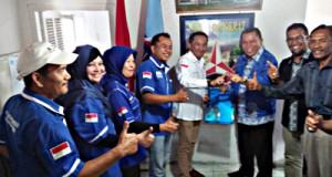 Drs H Suwandel Muchtar MM saat mengembalikan formulir pendaftaran di DPC Partai Demokrat Payakumbuh.