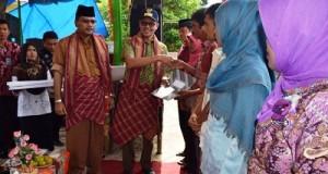 Gubernur Sumbar Irwan Prayitno dan Bupati Limapuluh Kota Irfendi Arbi menyerahkan sejumlah bantuan pertanian kepada masyaralat Maek dalam rangkaian acara silaturahmi dan penanaman perdana sawah cetak baru di Maek, Rabu (18/5).