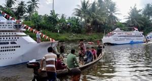 Wakil Bupati Ferizal Ridwan naik sanpan saat penilaian kajang atau perahu di Batang Maek Nagari Gunuang Malintang.