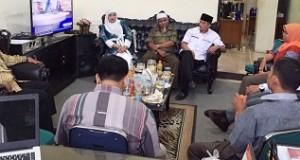 Bundo Welya Safitri dan Rio Mainelda Cai dan tim menyerahkan syarat dukungan Calon Perseorangan ke KPU Kota Payakumbuh diterima oleh Komisioner KPU