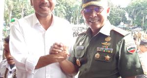 Bupati Limapuluh Kota Irfendi Arbi salam komando dengan Danrem 032/Wirabraja Brigjen TNI Bakti Agus Fadjari disela acara apel kebangsaan dan kesiapan kontijensi di Lapangan Imam Bonjol Padang, Rabu (2/11).