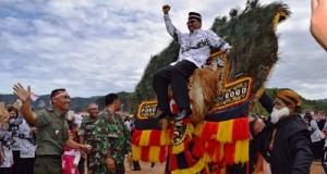 Bupati naik reok Pono rogo saat Upacara PGRI 2016