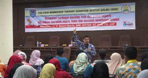 Setdako Benni Warlis Bertindak sebagai ahli terapis bagi Perokok Aktif dalam workshop Terapy yang digelar oleh Puskesmas Padang Karambia