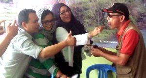 Tokoh rantau serta penggiat Forum Masyarakat Kota Payakumbuh Titin Hastinar menyuapi wartawan Rothman Dt Paduko Basa kue Ulang Tahun Hari Pers Nasional.