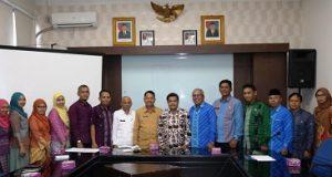 Sekdako Benni Warlis didampingi Asisten II Amriul saat menyambut kunjungan studi komparatif Pemko Sawahlunto