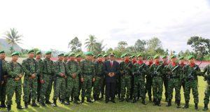 Bupati Irfendi Arbi berfoto bersama dengan personil TNI usai upacara Harkitnas 109