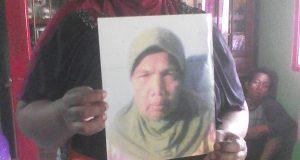 Anak korban memperlihatkan foto Nurmali