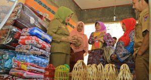 Ketua tim Penilai Kube Berprestasi Heni Yunida, meninjau langsung hasil usaha yang dikerjakan oleh Kube Hidayah Sawah Padang Aua Kuniang.