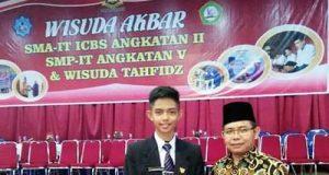 Wakil Ketua DPRD H Suparman SPd bersama putranya M Abdullah Manshur yang diwisuda SMP IT ICBS